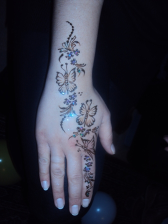 Professional Henna Tattoo Artist using safe plant-based organic henna stains, professional henna tattoos for children's birthday parties, sepcial events, family parties, festivals, corporate events, NJ Henna Tattoo Artist and Glitter Tattoos, hundreds of tattoo designs from which to choose in tattoo design books